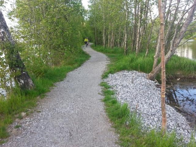 Stien ytterst på tangen etter gangbrua.
